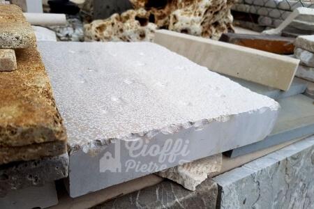 Basole anticate spazzolate in Marmo di Trani sez. cm. 30x5