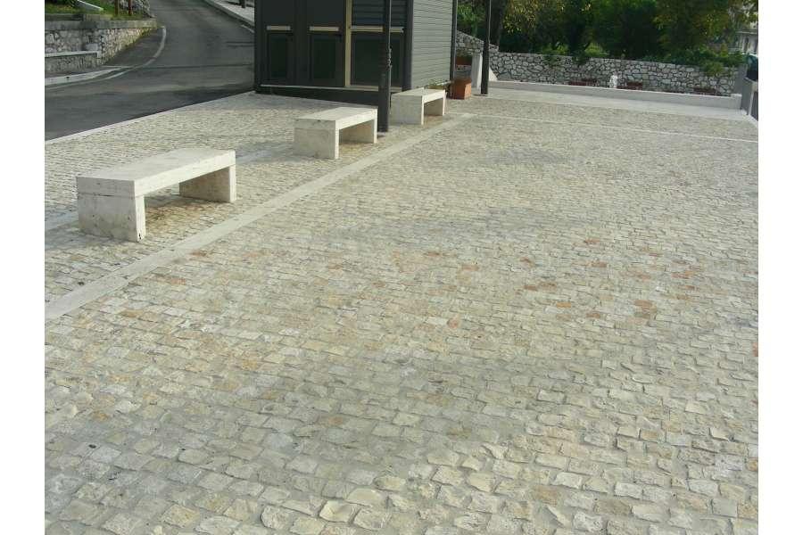 Pavimento In Pietra Di Trani : Cubetti in pietra di trani
