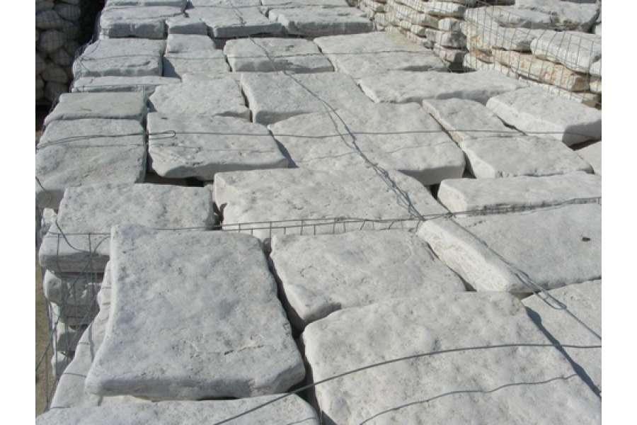 Piastrelle in pietra di trani anticata michele cioffi - Camminamento pietra giardino ...
